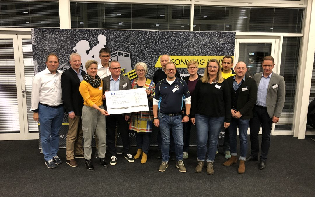 Salzkotten Marathon überreicht Spendenscheck